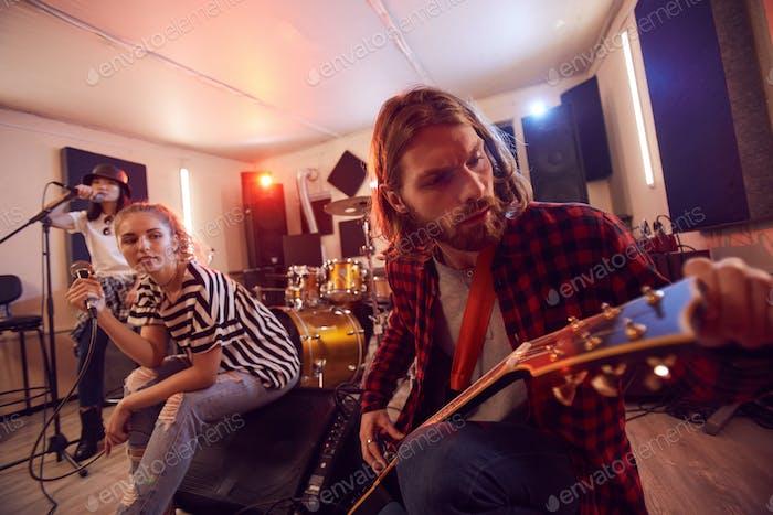 Musiker proben im Studio