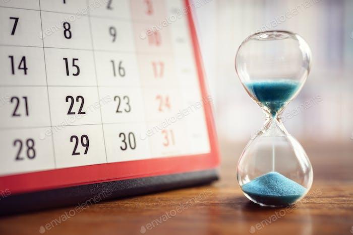 Sanduhr und Kalender