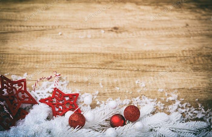 Weihnachtsdekoration auf einer Holzoberfläche