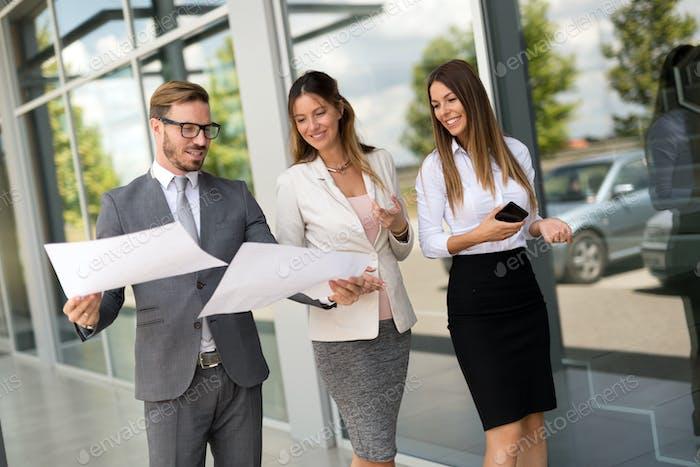 Bild von Geschäftsleuten, die in ihrem Unternehmen diskutieren
