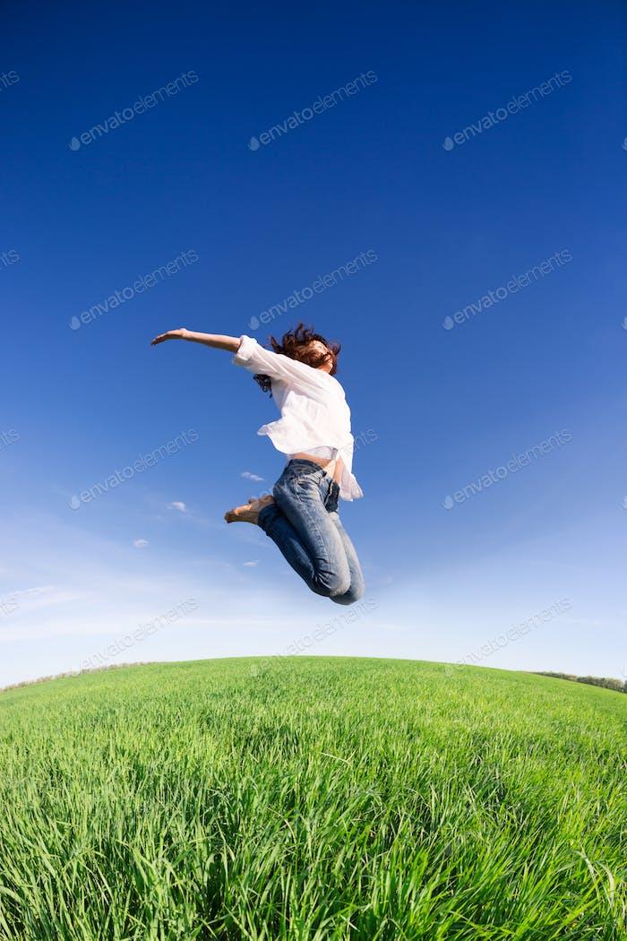 Glückliche Frau springen
