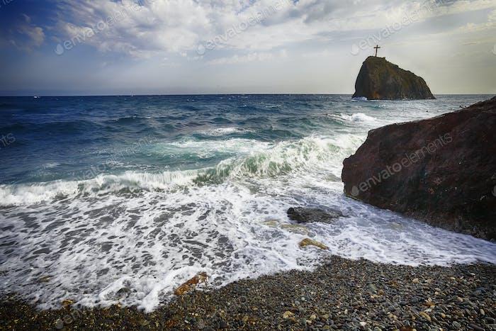 Meereswellen stürzen am Ufer und fließen über Meeresküste Kiesel