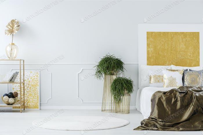 Goldmalerei im eleganten Schlafzimmer