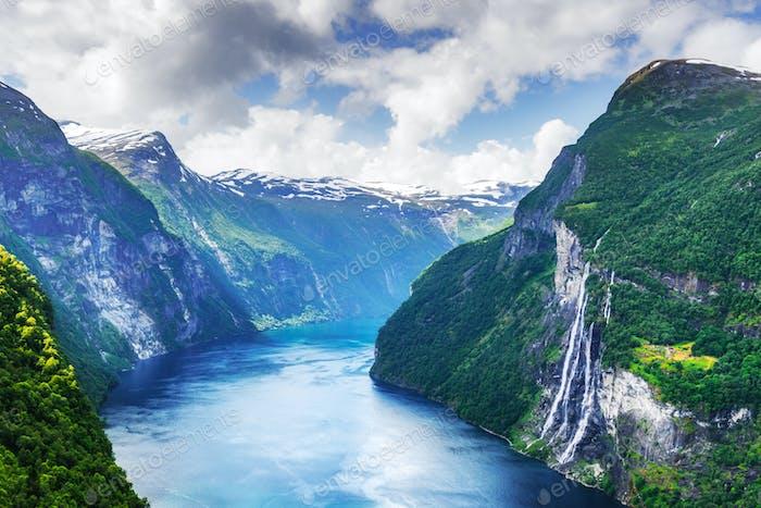 Thumbnail for Atemberaubender Blick auf den Sunnylvsfjorden Fjord