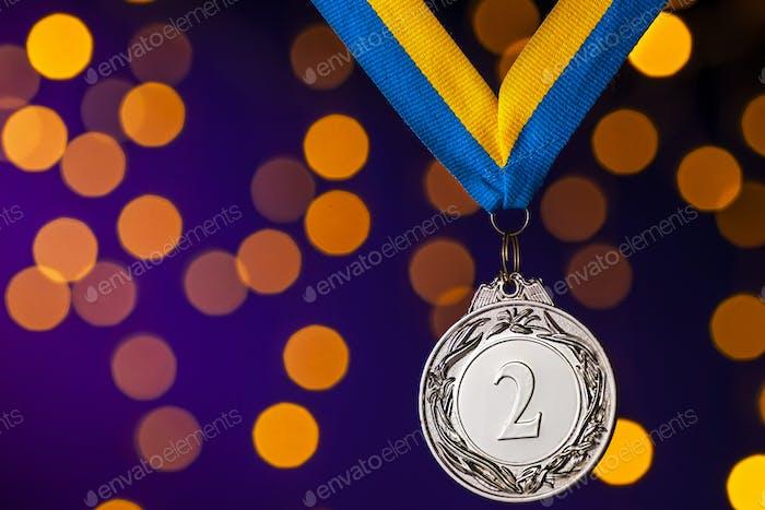 Silbernes zweitplatzes Läufer-Medaillon auf Band