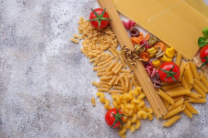 Verschiedene Arten von Nudeln und Kirschtomaten