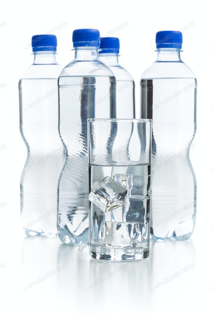 Glas reines Wasser mit Eiswürfeln.