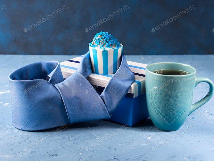 Vatertagskarte mit Geschenkbox und Cup-Kuchen, Krawatte