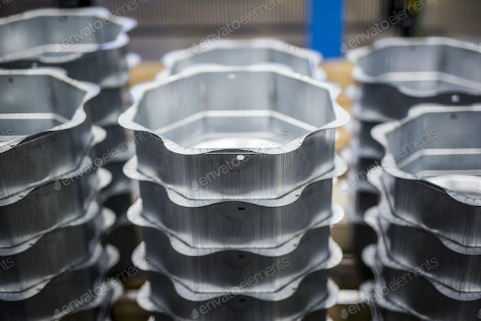 Stapeln von Containern auf dem Tisch in der Fabrik