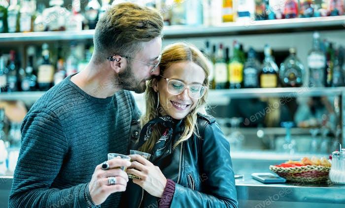Junges Paar zu Beginn der Liebesgeschichte in der Cocktailbar
