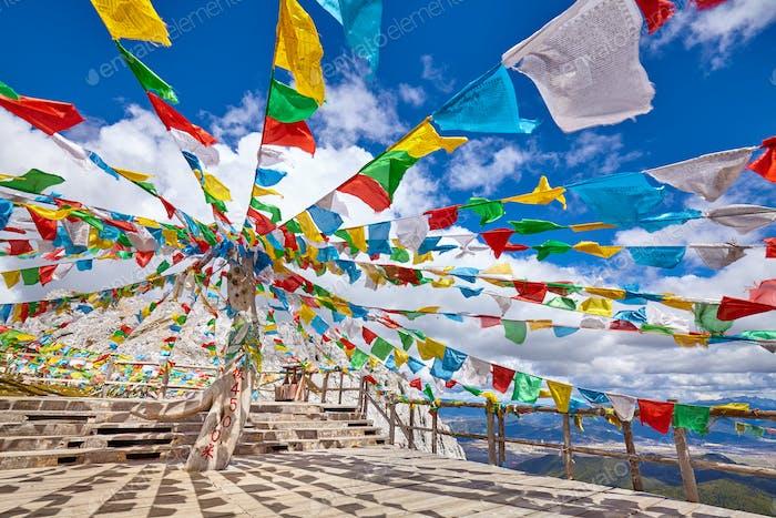 Spitze des Shika Schneebergs mit buddhistischen Gebetsfahnen, China.