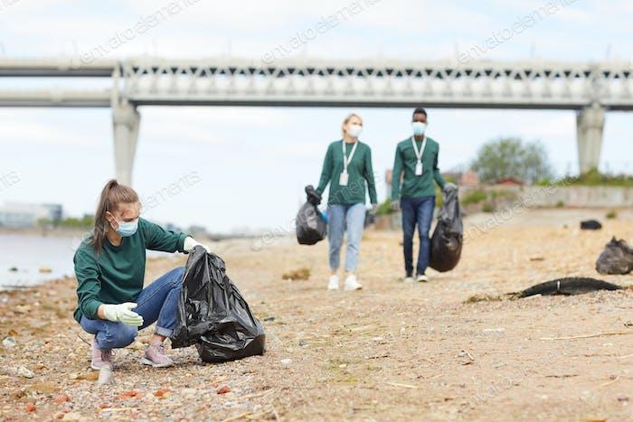 Freiwillige, die den Müll aufheben