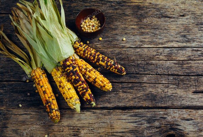 Frischer Mais auf Holztisch