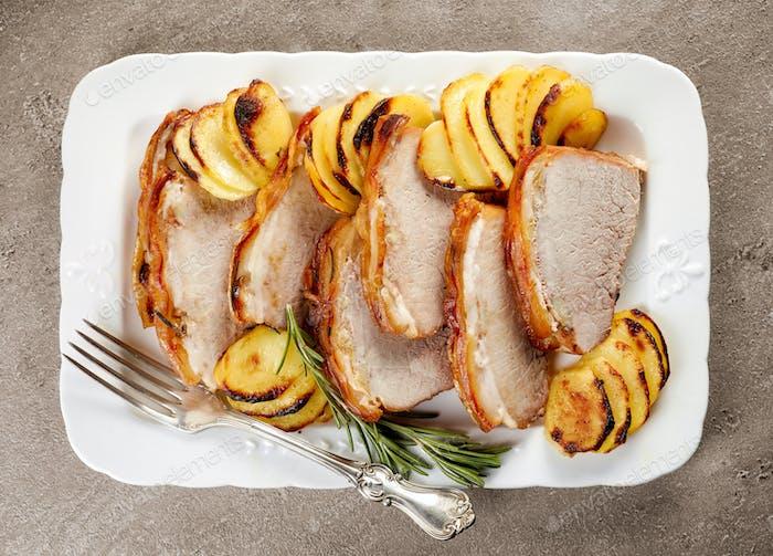 gebratene Schweinefleischscheiben auf weißem Teller