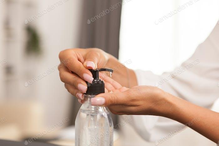 Nahaufnahme des Handdesinfektionsmittels