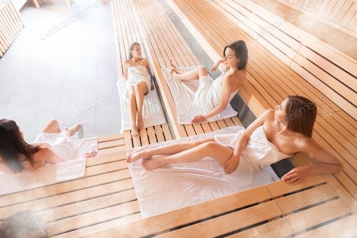 Frauen, die einen gesunden Lebensstil verfolgen, entspannen in der Sauna