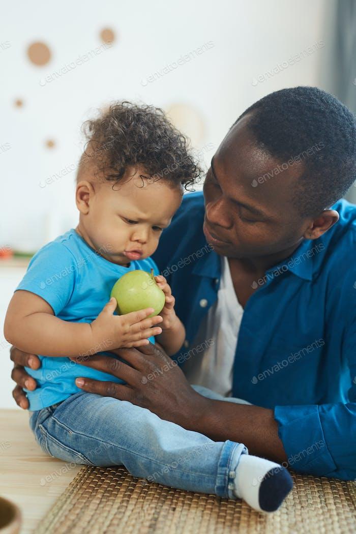 Fürsorgliche afroamerikanische Vater