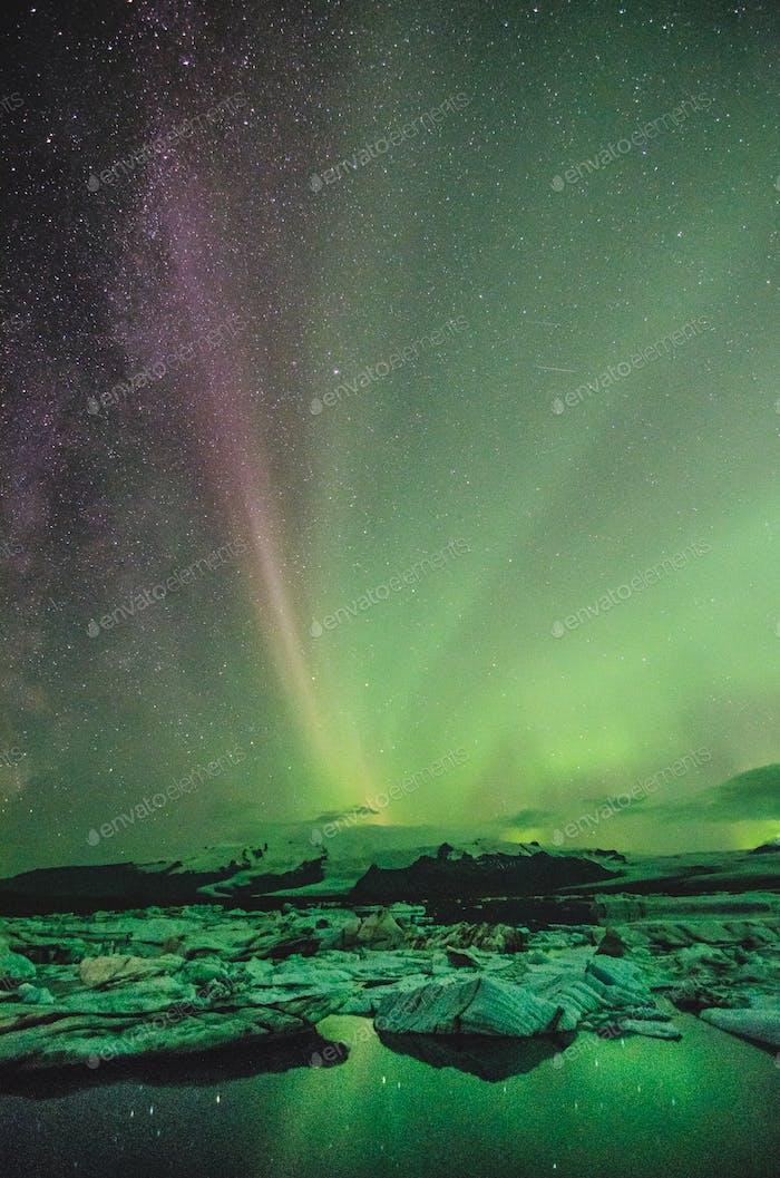 Nordlichter über der Eislagune, Island