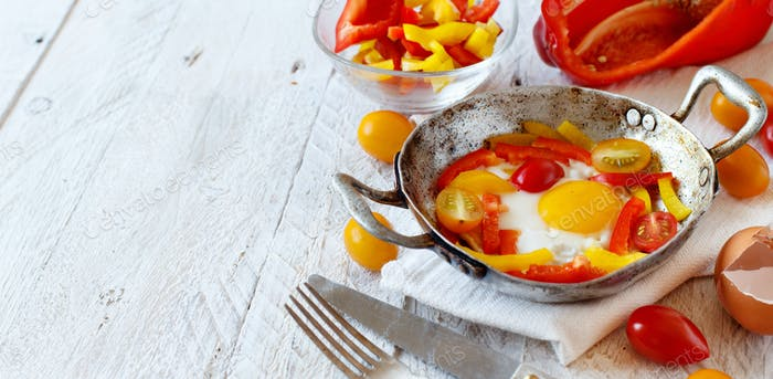Fried egg with a bell pepper and tomatoes