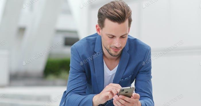 Кавказский бизнесмен использование мобильного телефона