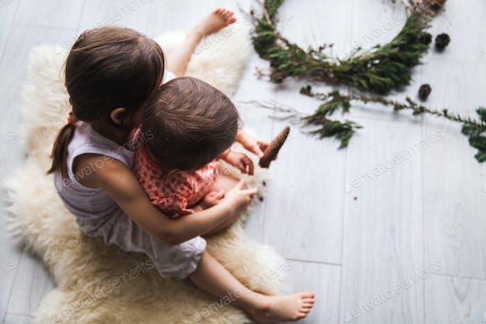 Kleine Kinder mit Mama machen Handwerk für Weihnachten. Kreativität, Dekoration