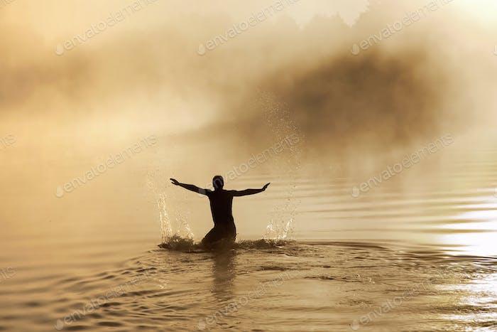 Männlich im Wasser