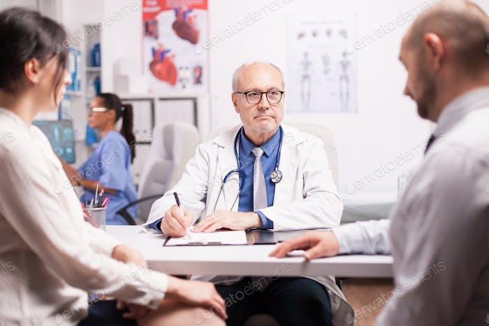 Senior Arzt im Krankenhausschrank