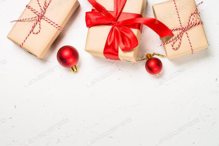 Wrapping Weihnachtsgeschenke auf weiß