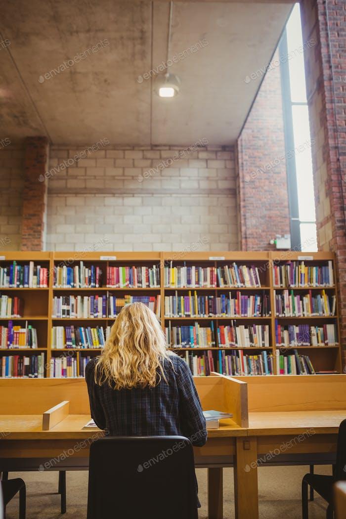 Rückansicht der Frau studieren in der Bibliothek