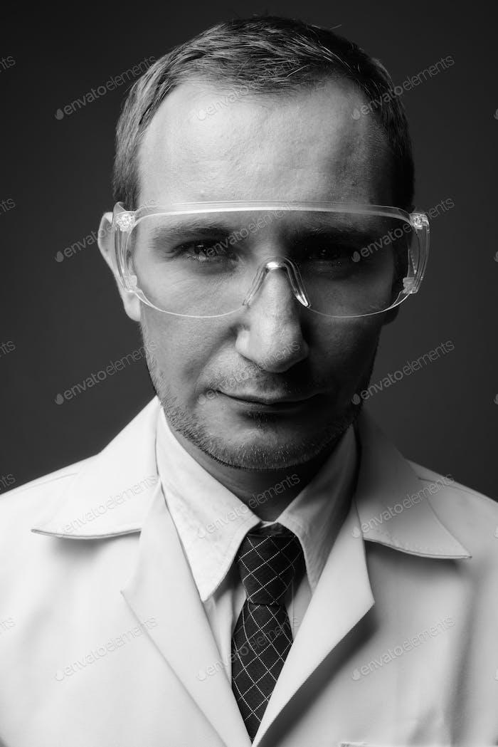 Портрет человека доктора как ученого на сером фоне