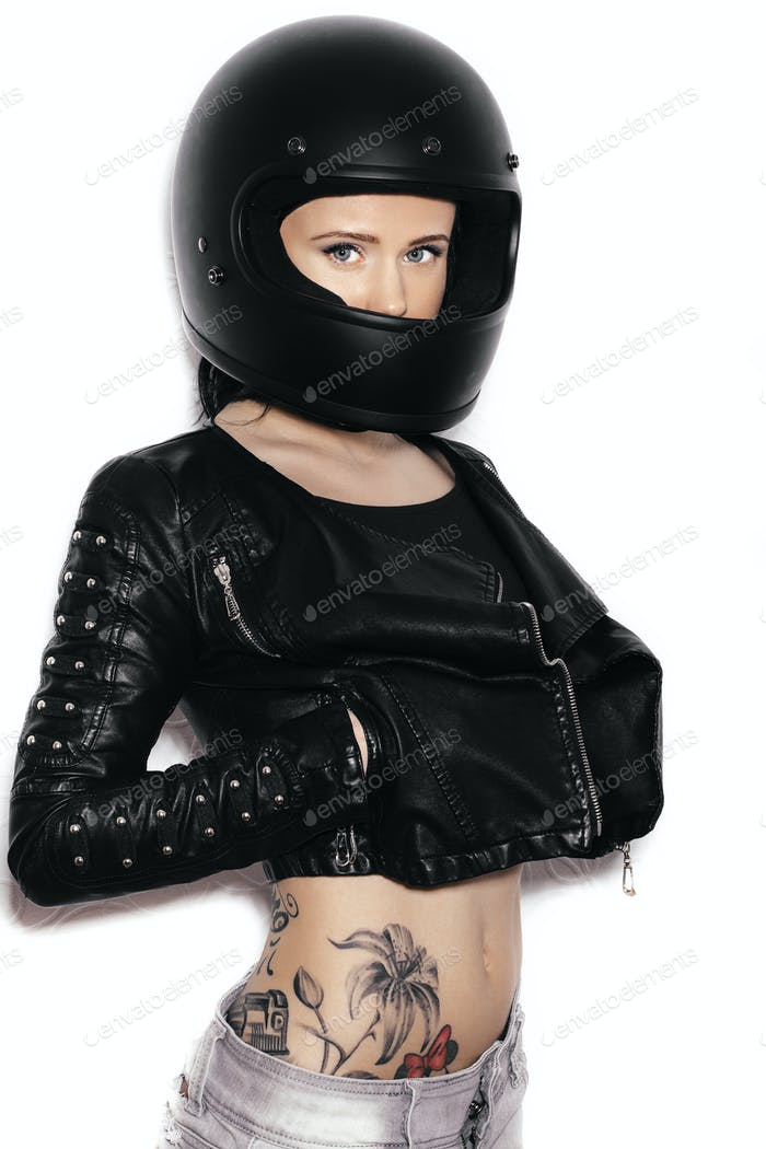 Porträt der jungen schönen Frau in Biker-Helm