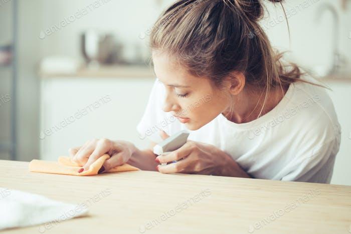 Mujer limpieza casa, tareas domésticas retrato femenino