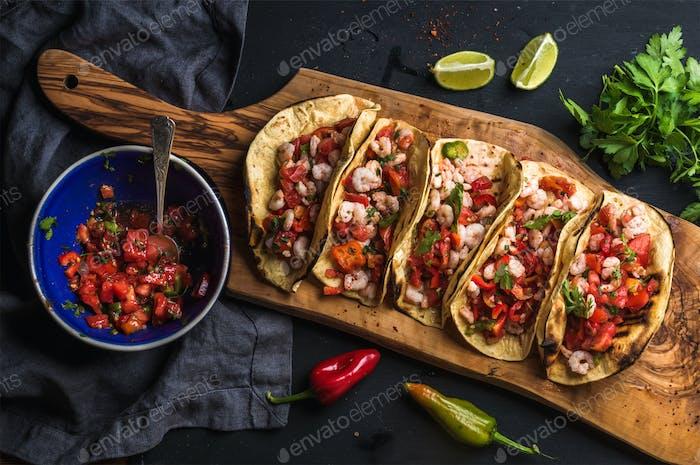 Garnelen-Tacos mit hausgemachter Salsa, Limetten und Petersilie