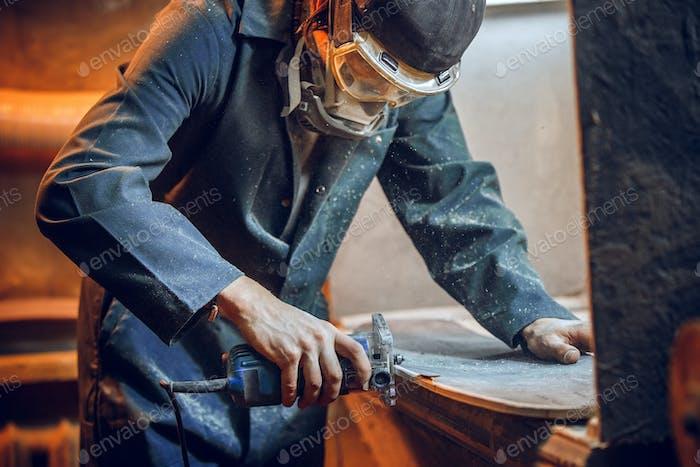 Tischler mit Kreissäge zum Schneiden von Holzbrettern.