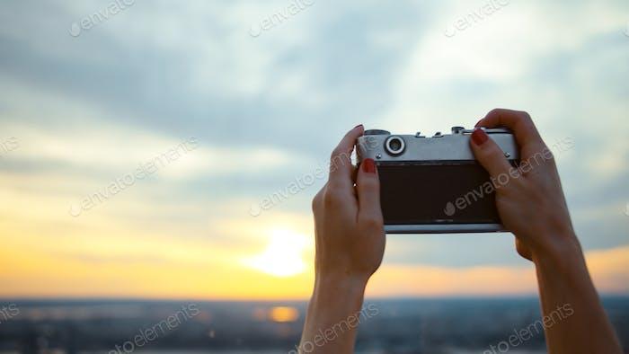 joven chica tomando puesta de sol foto en NYC