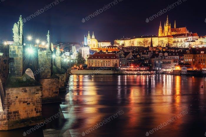 Prager Burg und Karlsbrücke in der Nacht