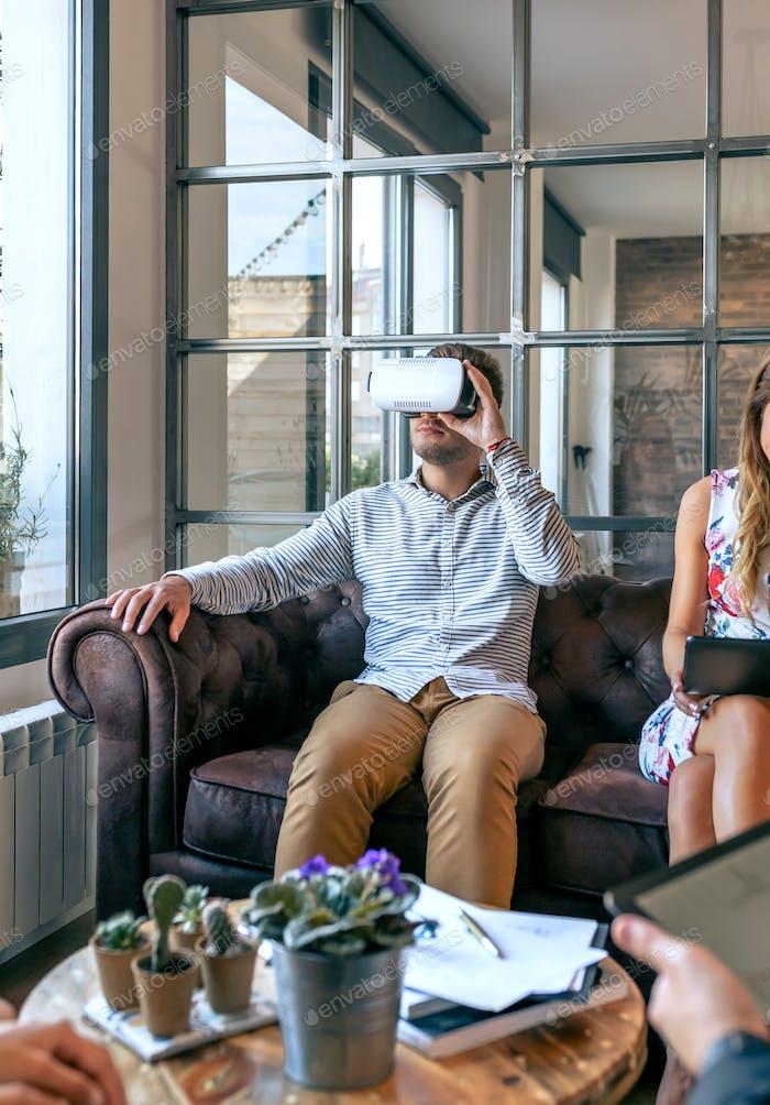 Mann benutzt Virtual-Reality-Brille