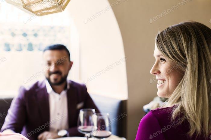 Glückliches Paar sitzen im libanesischen Restaurant