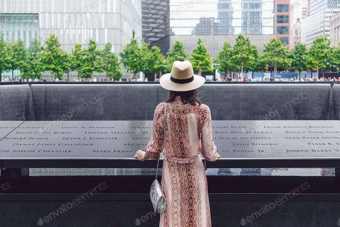 Joven turista en el memorial