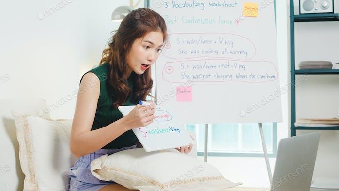 Asia joven profesora de inglés videoconferencia llamada en computadora portátil.