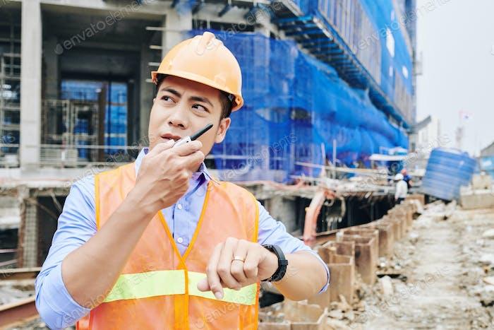 Ernsthafte Auftragnehmer im Gespräch auf walkie-Talkie