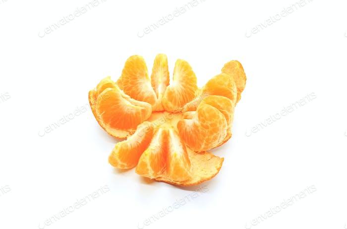 Leckere Mandarinenscheiben auf weißem Hintergrund isoliert