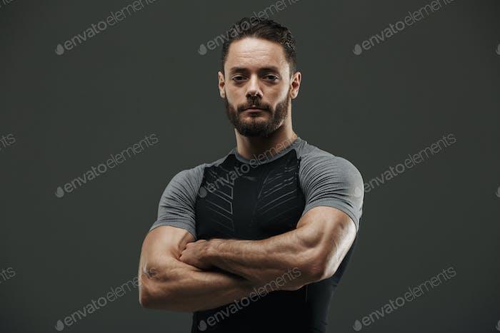 Porträt eines ernsthaften muskulösen Sportler stehend