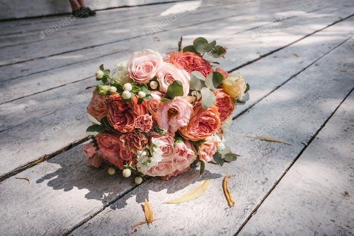 Hochzeitsstrauß auf dem Holzboden