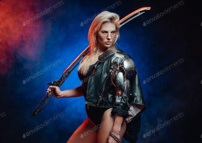 Schönes weibliches Model im Cyberpunk-Stil mit Schwert im Studio