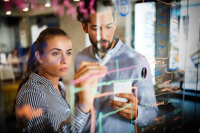 Zusammenarbeit und Analyse von Geschäftsleuten, die im Büro arbeiten