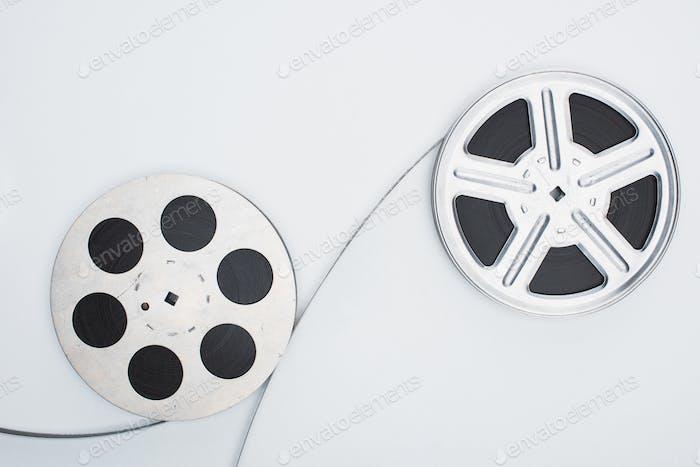 Draufsicht auf Filmrollen und Filmstreifen auf weißem Hintergrund