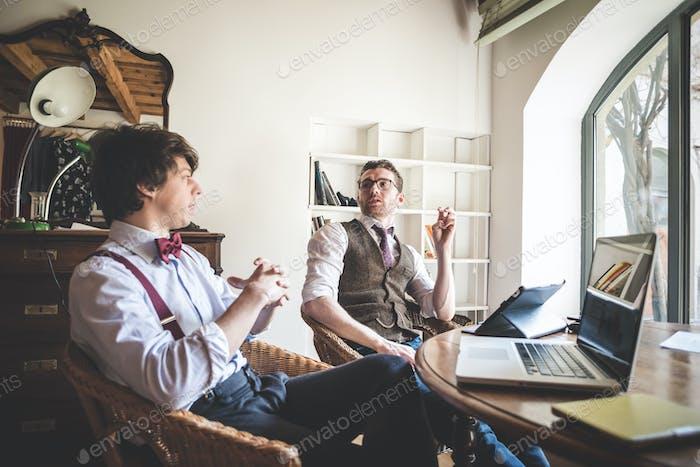 zwei junge hipster stilvolle Männer arbeiten