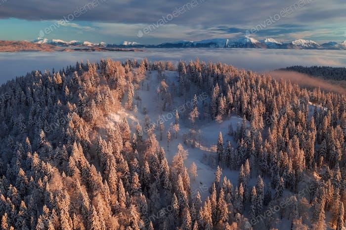 Dunkler Wintersonnenaufgang in den Bergen