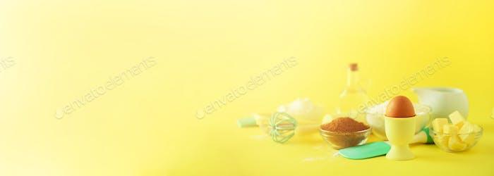 Türkis und gelb Kochutensilien auf hellem Hintergrund. Lebensmittelzutaten. Makro aus Eiern. Kochen